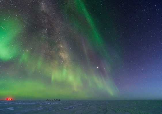 night sky in antarctica_aurorae_view from south pole station